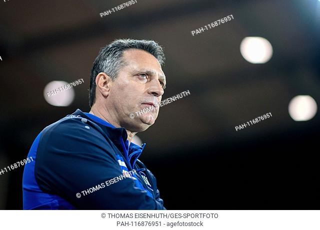 coach Alois Schwartz (KSC) looks at the warm-up before his team's game. GES / Soccer / 3rd league: FSV Zwickau - Karlsruher SC, 12.02