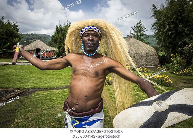 Rwanda, Ruhengeri, Musanze, Iby'Iwacu Cultural village, dancer
