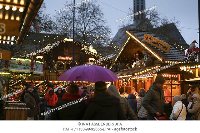 Visitors walk across the Christmas market in Dortmund, Germany, 30 November 2017. Photo: Ina Fassbender/dpa. - Dortmund/North Rhine-Westphalia/Germany
