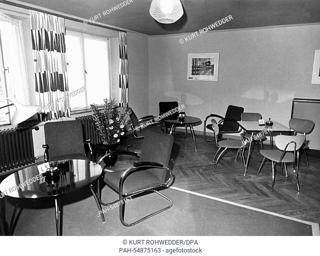 Leisure room in the barracks in Bonn with modern furniture - 25 February 1957. | usage worldwide. - Bonn/Nordrhein-Westfalen/Germany