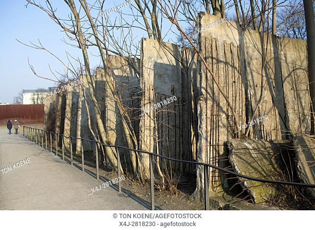 remembrance & memorials of the wall in Berlin during the cold war