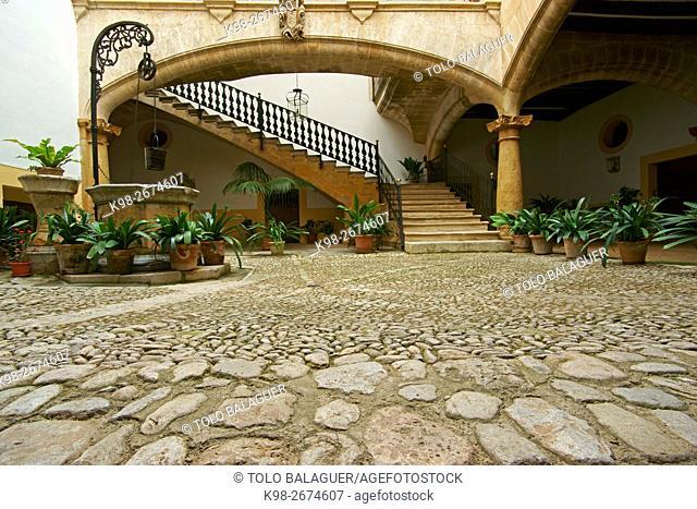 Patio de Can Oleza (Monumento historico-artistico)(s. XVII). Centro historico. Palma. Mallorca. Baleares. España