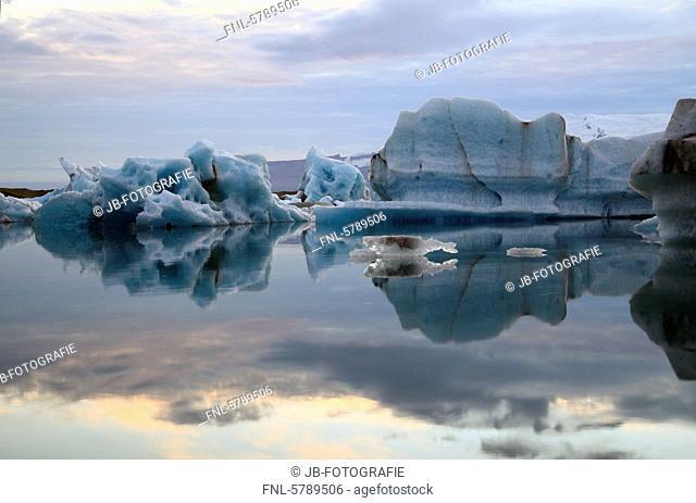 Icebergs in glacier lake Jökulsárlón in front of glacier Vatnajökull, Iceland