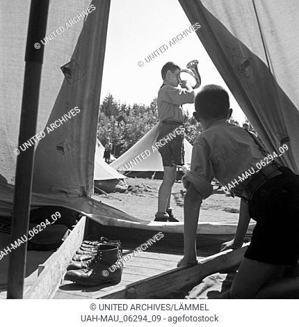 Der Hornist des Jungvolk Musikzuges bläst zum Antreten im Hitlerjugend Lager, Österreich 1930er Jahre. Bugle boy of the Jungvolk preparing his clarion call for...