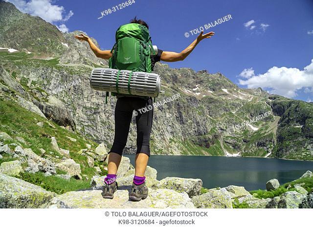 trekker, lago de Caillouas, Gourgs Blancs, cordillera de los Pirineos, France
