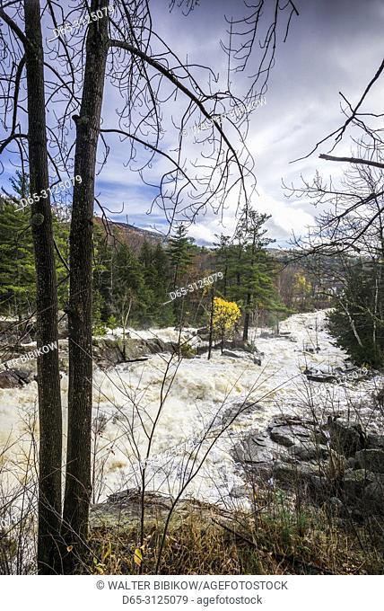 USA, New England, New Hampshire, White Moutains, Jackson, Jackson Falls on the Ellis River, autumn