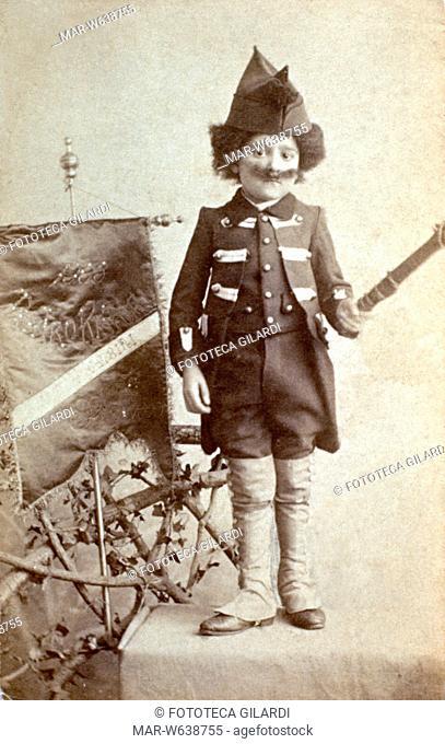 CARNEVALE bambino premiato per la sua maschera da soldato, con tanto di ghette e baffoni, in posa per una fotografia ricordo