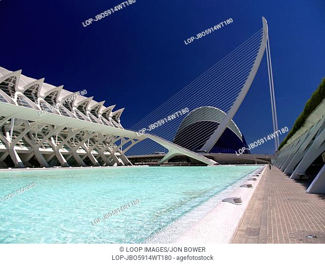 The Ciudad de las Artes y las Ciensias with the Agora plus suspension bridge and Museo de las Ciensias