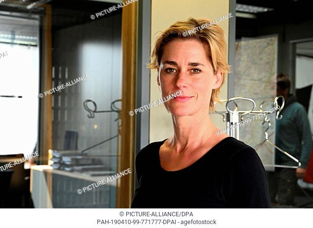 """10 April 2019, North Rhine-Westphalia, Köln: The director Nina Wolfrum stands in the new commissariat during the shooting of the new Cologne """"""""Tatort - Niemals..."""