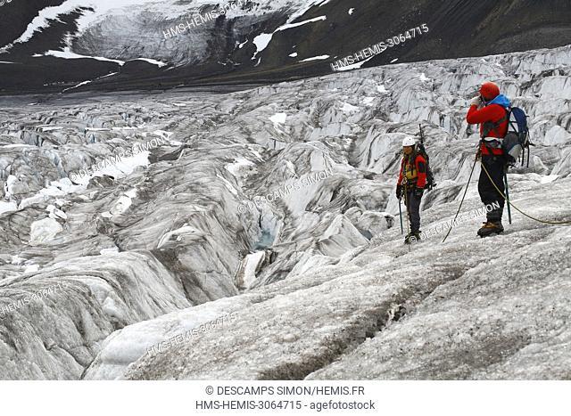 Norway, Svalbard, Spitzberg island, Ymer bay (Ymerbukta), Female hikers walking on Esmark glacier