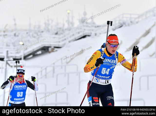 08 January 2021, Thuringia, Oberhof: Biathlon: World Cup, Sprint 7.5 km, women. Denise Herrmann (r) from Germany and Sari Maeda from Japan in action on the...