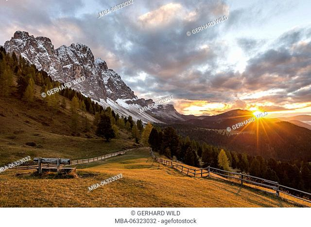 Sunset at the Gampenwiesen (meadows), left the gruppo delle gruppo delle Odle (mountain), Puez-Geisler Nature Park, Dolomites, Val di Funes, Italy, Europe