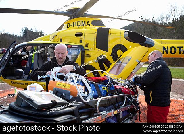 02 March 2020, Lower Saxony, Wolfenbüttel: The emergency paramedic Martin Losse (r) and the emergency doctor Tobias Jüttner