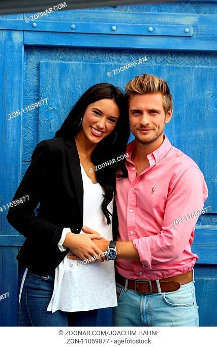 Freundin Hanna und Joern Schloenvoigt (Saenger / Schauspieler / Musiker) erwarten ihr erstes Baby, schützend legt der werdende Vater die Hand auf den Bauch...