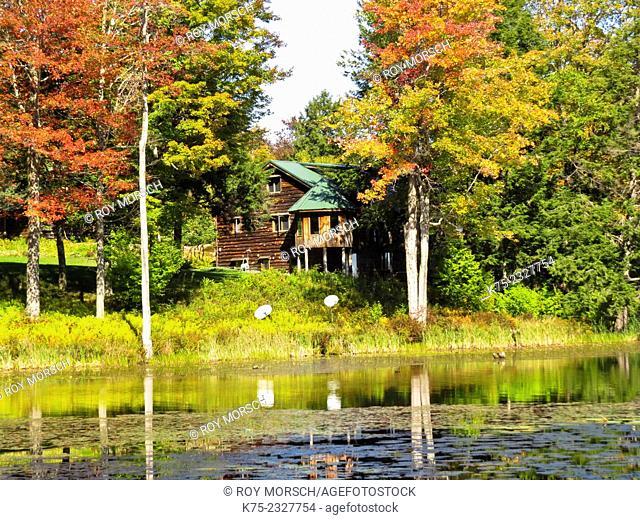 Country home on lake in autumn. Pocono Región, Pennsylvania, USA