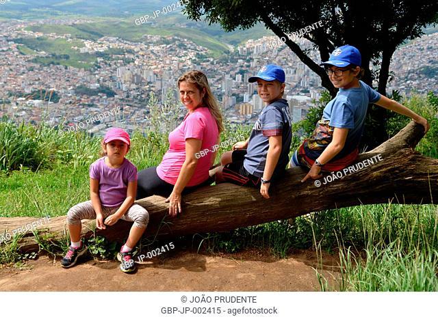 People, Mother and children, Morro do Cristo, 2018, City, Poços de Caldas, Minas Gerais, Brazil