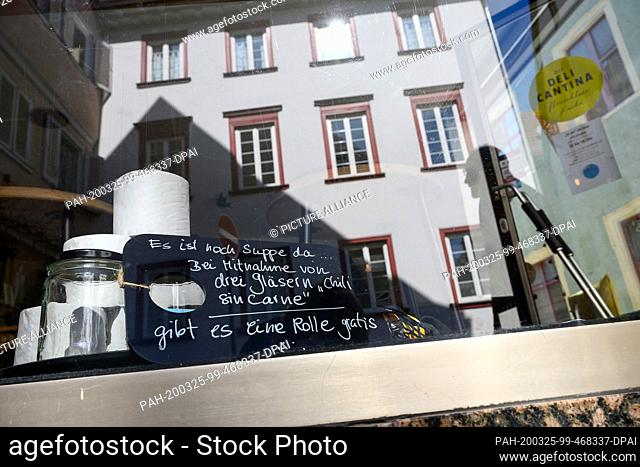 25 March 2020, Baden-Wuerttemberg, Eßlingen: In the shop window of a restaurant that offers soup and stews in jars in the Coronakrise