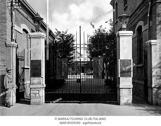 cina, ingresso della sede della polizia italiana a tientsin, 1930-40,, // entry of the Italian police headquarters in Tianjin, china, asia, 1930-40