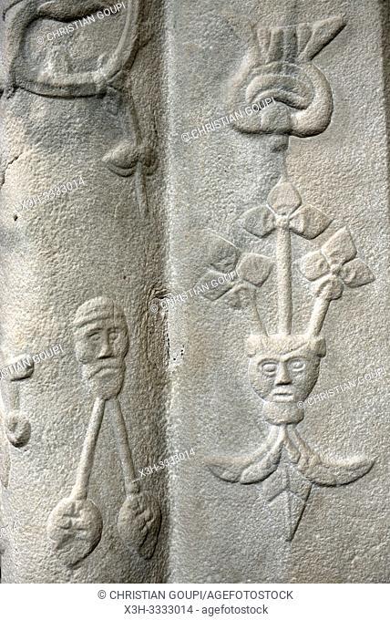 motifs sculptes sur un pilier de l'Eglise Saint-Martin, Veules-les-Roses, departement de Seine-Maritime, region Normandie