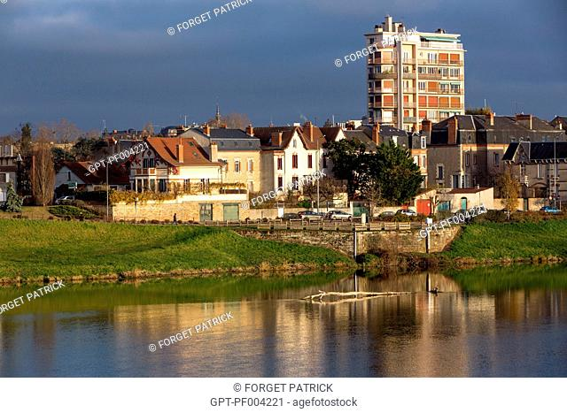 LEFT BANK OF THE ALLIER RIVER IN THE CITY OF MOULINS-SUR-ALLIER, (03) ALLIER, AUVERGNE, FRANCE