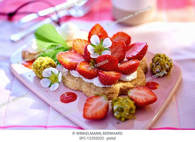 Sables with fresh cheese and strawberries
