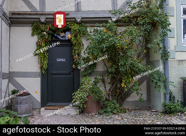 29 November 2020, Saxony-Anhalt, Quedlinburg: This front door is decorated for Christmas in the historic old town with its 1, 200 half-timbered houses