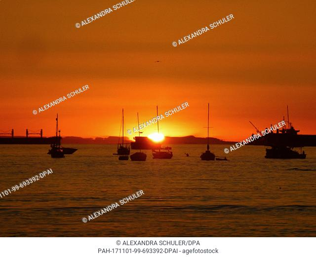 The sunset at the English Bay beach can be seen in Vancouver, Canada, 29 August 2017.· NO WIRE SERVICE · Photo: Alexandra Schuler/dpa