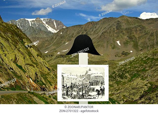 Bildtafel mit historischen Szenen von der Passüberquerung durch Napoleon an Säulen mit dem Napoleonshut auf der Strasse zum Grossen Sankt Bernhard Pass, Wallis