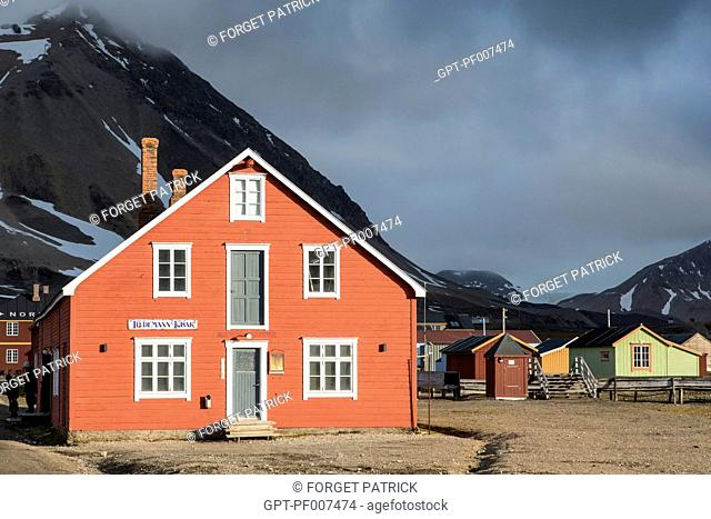COLORFUL WOODEN HOUSES OF THE FORMER COAL MINING TOWN OF VILLAGE OF NY ALESUND, THE NORTHERNMOST COMMUNITY IN THE WORLD (78 56N), SPITZBERG, SVALBARD