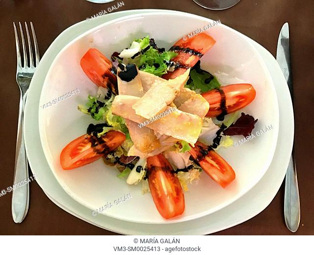 Salad made of tuna loins, tomatoes, lettuce, olive oil and Modena vinegar