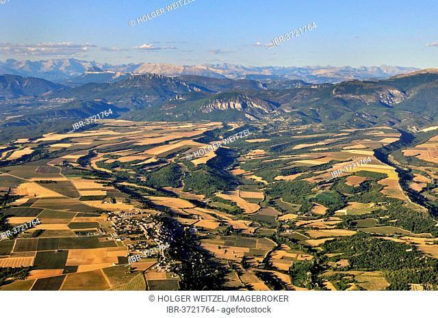 Plateau de Valensole, high plateau with many lavender fields, southern foothills of the Maritime Alps at back, Puimoisson, Département Alpes-de-Haute-Provence