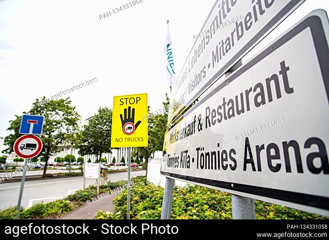 Entry and exit at the headquarters of the Toennies Group in Rheda-Wiedenbrueck on July 27th, 2020.  | usage worldwide. - Rheda-Wiedenbrueck (Wiedenbrü/Nordrhein...