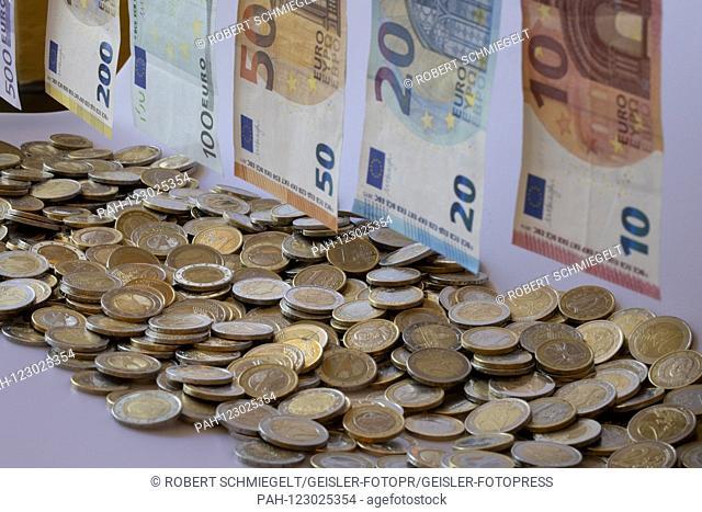 EURO banknotes on a washing line mut coins   usage worldwide. - Cologne/Nordrhein-Westfalen/Deutschland