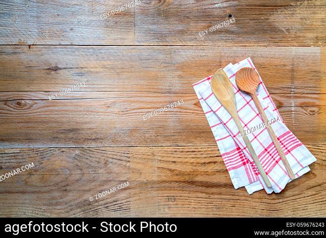 Rotes Küchentuch mit Kochlöffeln auf holz Holzhintergrund