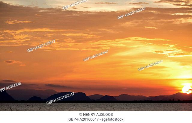 Thailand, Patthalung, view from Tale Noi to the mountains of Khao Pu - Khao Ya Nl Park