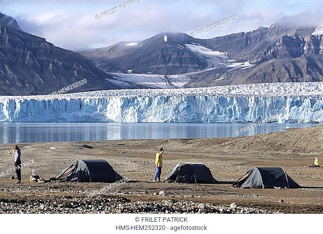 Norway, Svalbard Islands, Spitzberg,the camp for the sea kayak expedition
