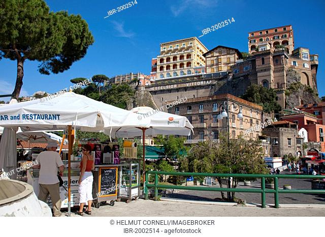 Refreshment stand at the ferry harbour, hotels on the cliffs, Sorrento, Peninsula of Sorrento, Gulf of Naples, Campania, Italy, Europe