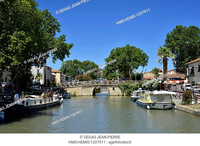 France, Herault, Villeneuve les Beziers, Canal du Midi listed as World Heritage by UNESCO, barge and boats alongside the quay in the nautical stopping place...