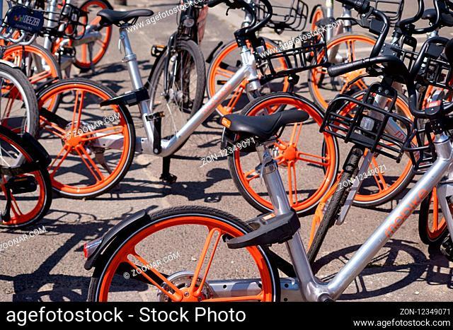 Berlin, Deutschland - Juli 16, 2018: Fahrräder des chinesischen Fahrradverleihanbieters Mobike stehen hintereinander gereiht und frei geparkt am 16