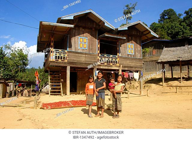 Poverty, girls of the Khmu ethnic group against wooden house, Ban Kokgniew village, Muang Khoua district, Phongsali province, Laos, Southeast Asia, Asia