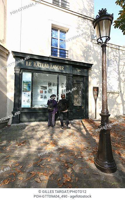 tourism, France, paris 18th arrondissement, butte montmartre, place emile goudeau, square, le bateau lavoir, artists, tourists, streetlamp Photo Gilles Targat