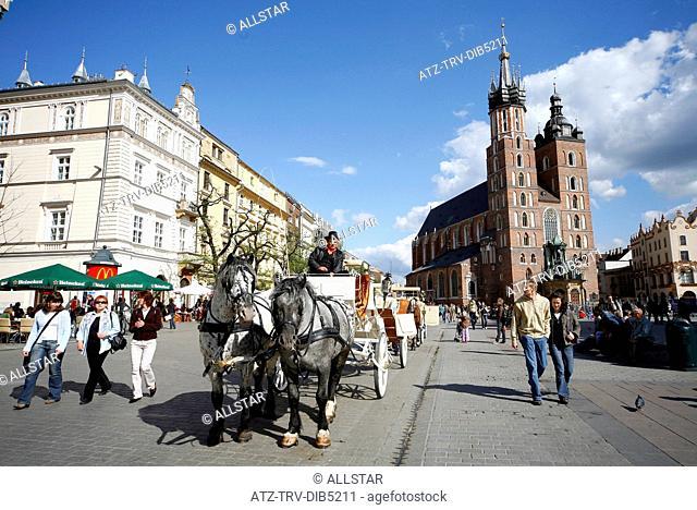 HORSE DRAWN CARRIAGE & SAINT MARY'S MARIACKI CHURCH; RYNEK GLOWNY OLD MARKET SQUARE, KRAKOW, POLAND; 29/04/2007