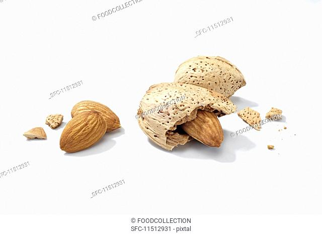 Shelled and unshelled almonds
