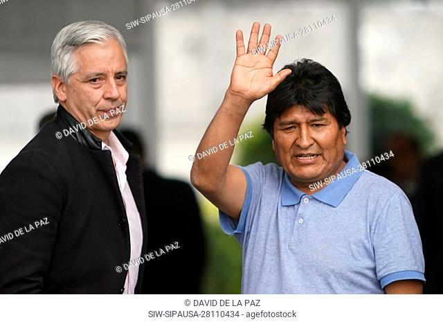 (191112) -- MEXICO CITY, Nov. 12, 2019 (Xinhua) -- Evo Morales (R) waves upon his arrival at the airport in Mexico City, capital of Mexico, on Nov