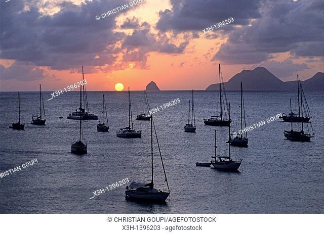 coucher du soleil sur la baie de Sainte-Anne avec le Rocher du Diamant en arriere-plan Ile de la Martinique Departement et Region d'Outremer francais Archipel...