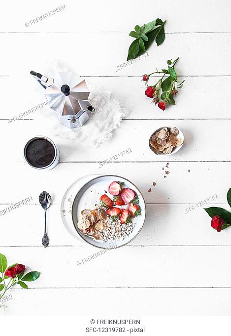 A yoghurt bowl with strawberries and puffed quinoa (seen from above)