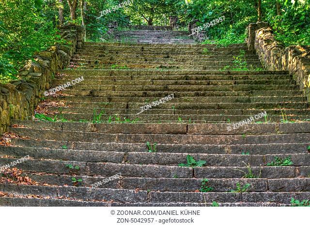 lange Treppe aus Naturstein
