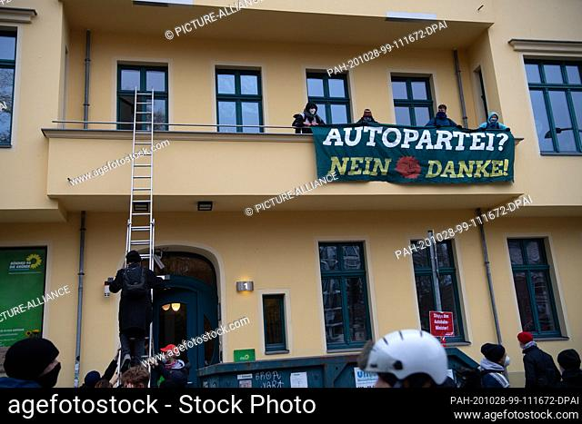 28 October 2020, Berlin: Demonstrators stand on a balcony of the federal headquarters of Bündnis 90/Die Grünen. In the morning