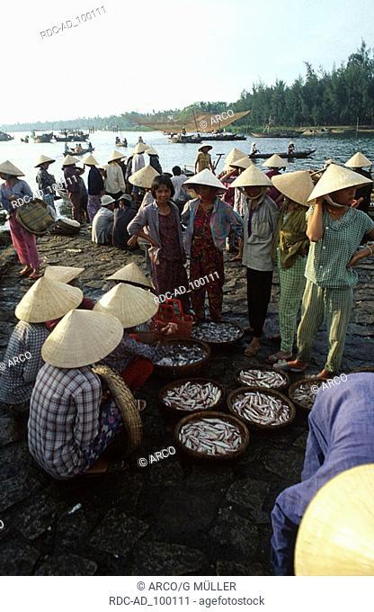 People on fish market Hoi An Vietnam Menschen auf Fischmarkt Hoi An Vietnam