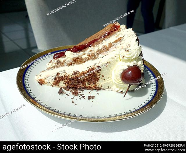 07 May 2021, Baden-Wuerttemberg, Oberkirch: A piece of Black Forest cake lies on a plate. Photo: Alexandra Schuler/dpa. - Oberkirch/Baden-Wuerttemberg/Germany